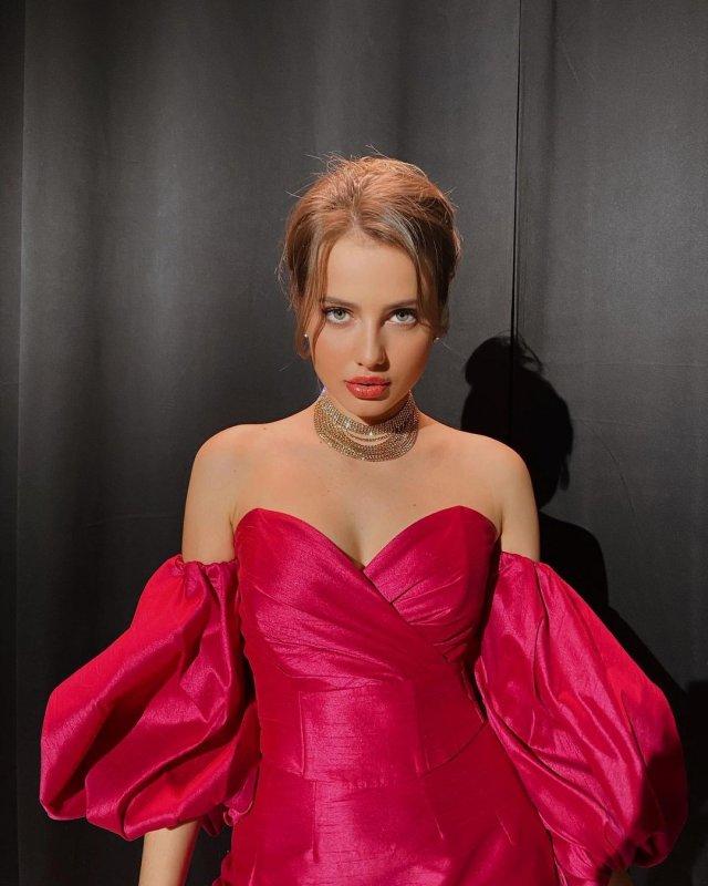 Блогер Полина Чистякова (_poposha_) в красном платье