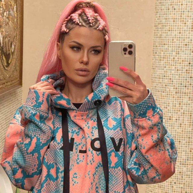 Виктория Боня в цветной кофте