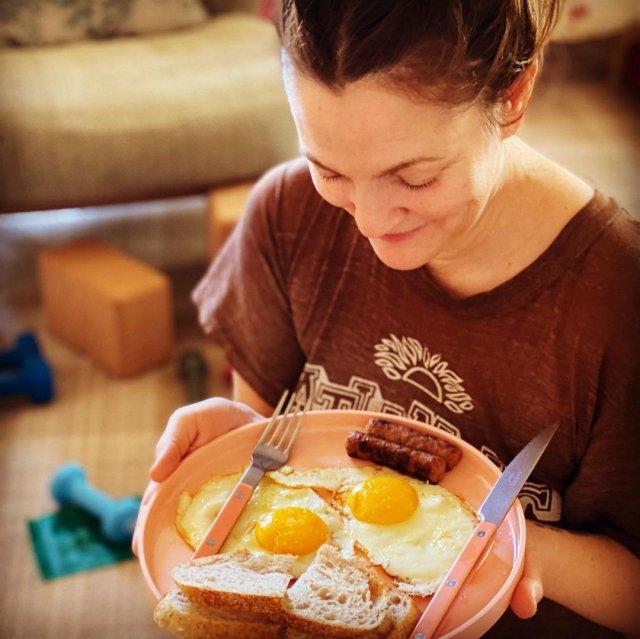 Дрю Бэрримор с завтраком в коричневой футболке