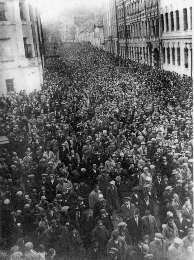 Похороны Владимира Маяковского: огромная толпа почитателей. Москва, 1930 год