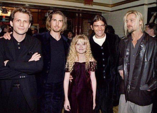 """Кристиан Слейтер, Том Круз, Кирстен Данст, Антонио Бандерас и Брэд Питт на премьере фильма """"Интервью с вампиром"""", 1994 год."""