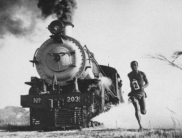 """""""Человек против машины"""". Африканский бегун Матиас Канда из Южной Родезии, ныне Зимбабве, во время своих тренировок соперничал с паровым поездом и ни разу ему не проиграл в забеге, Селукве 1968 год"""