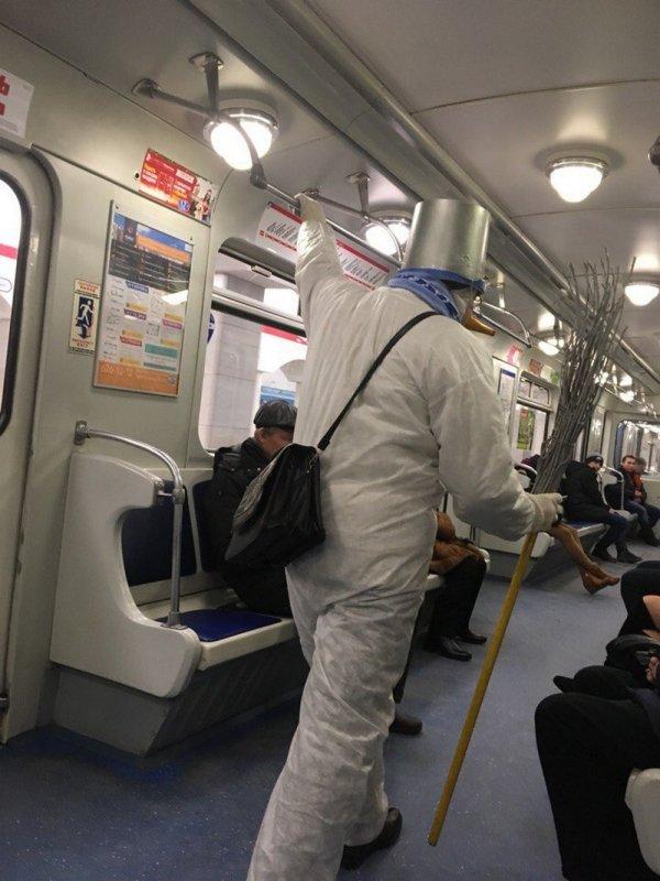 парень в костюме снеговика