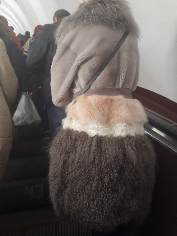 женщина в меховой юбке