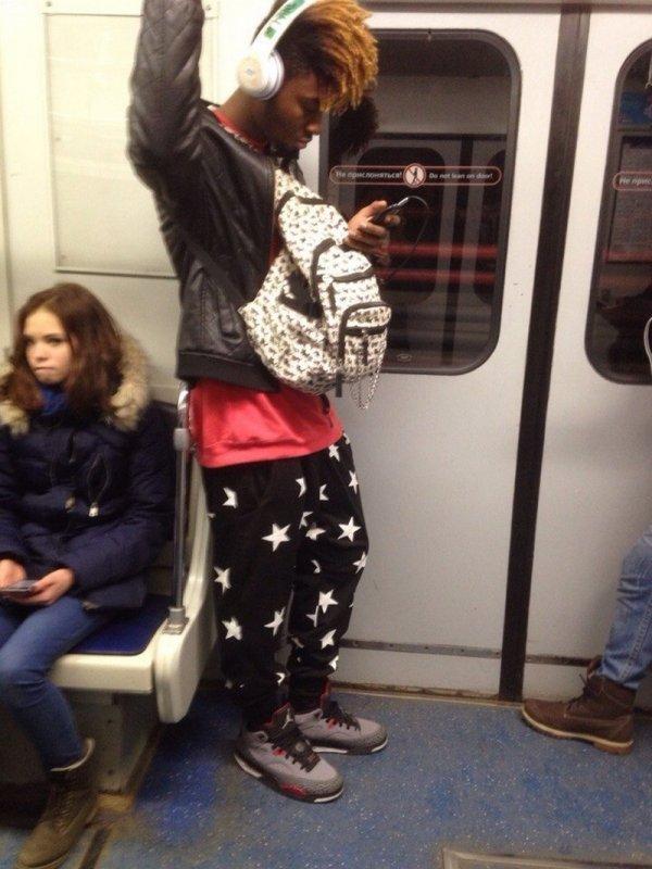парень в штанах со звездами