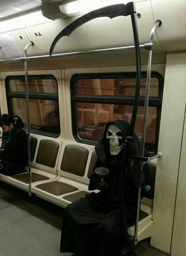 мужчина в костюме смерти