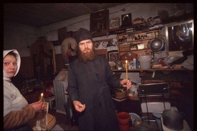 Православные укрываются в подвале дома в Грозном, январь 1995 год.