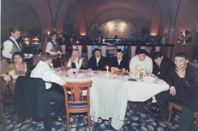 """""""Четкие"""" джентльмены наслаждаются трапезой, середина 1990-х"""