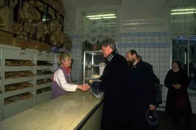 Билл Клинтон в хлебном отделе продуктового магазина, Москва, 1994 год.