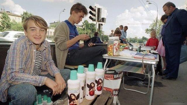 Ребята продают шампунь, 90-е