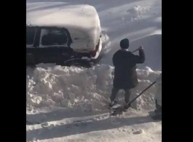 Парень, который не умеет пользоваться лопатой и не может из-за этого откопать машину