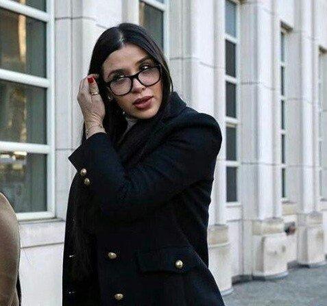 Эмма Айспуро, жена мексиканского наркобарона El Chapo (Коротышка) в черном пальто