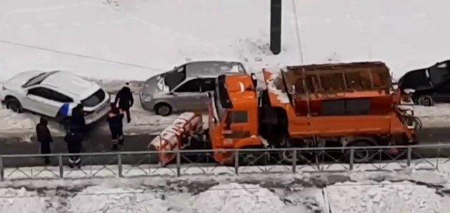 В Петербурге водители вручную перепарковали каршеринг, мешавший уборке снега
