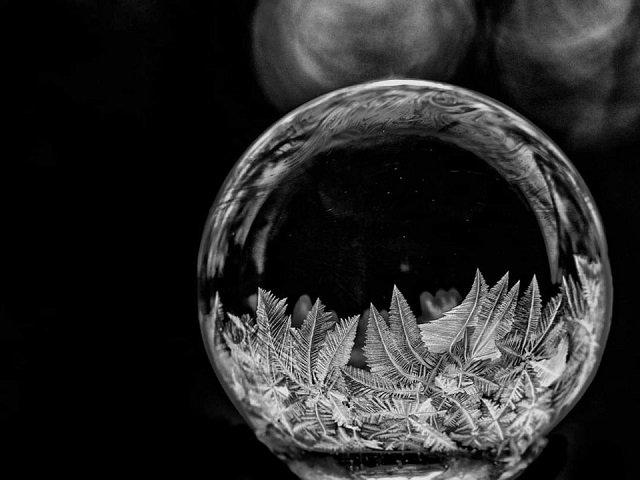 Чёрно-белое фото замерзающего мыльного пузыря