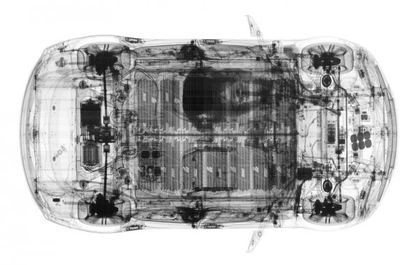Рентген автомобиля Tesla Model S вместе с водителем