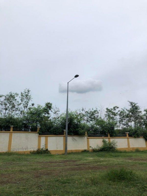 Удивительное одинокое прямоугольное облачко