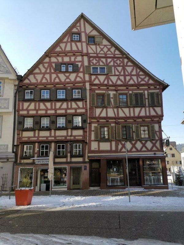 Этот старый дом в Германии имеет разное количество этажей в правой и левой частях