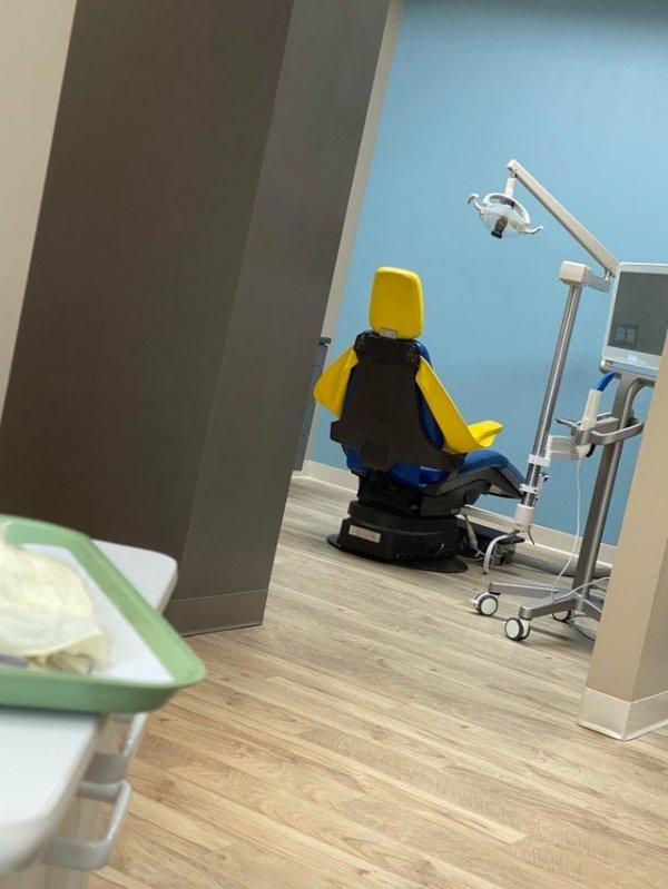 Кресло дантиста выглядит так, будто в нём сидит лего-человечек