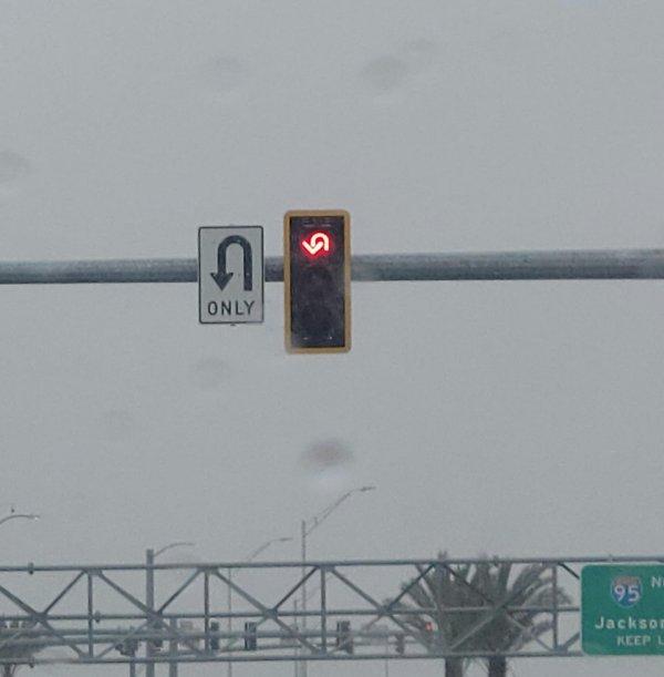"""""""В первый раз вижу такой светофор, призывающий развернуться"""""""