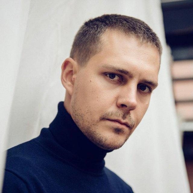Милош Бикович в синем джемпере