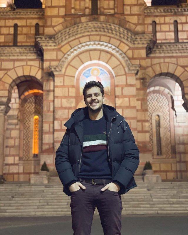 Милош Бикович на фоне церкви