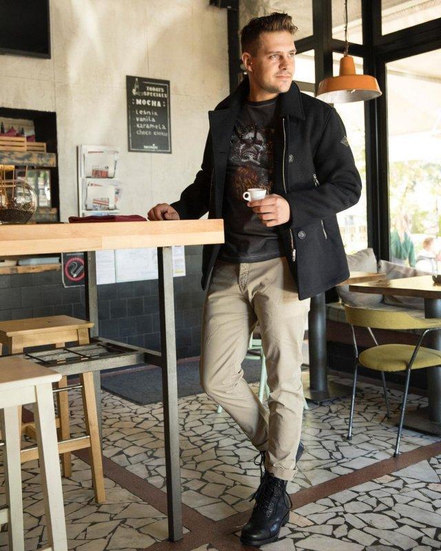 Милош Бикович в кафе Белграда