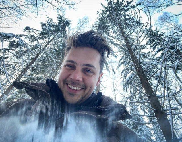 Милош Бикович в лесу делает селфи