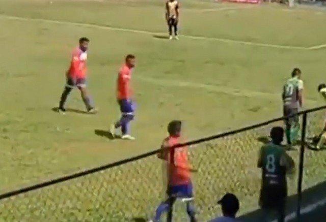 Футболист гватемальского клуба «Батанекос» Росбин Рамос сделал вид, что в него бросили камнем