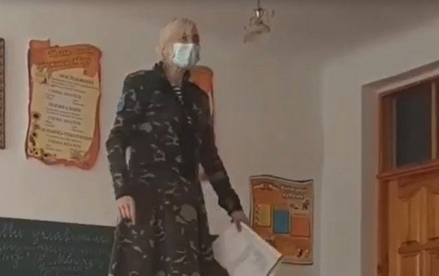 Учительница лицея в Ровенской области забралась на парту, чтобы рассказать ученикам о революции