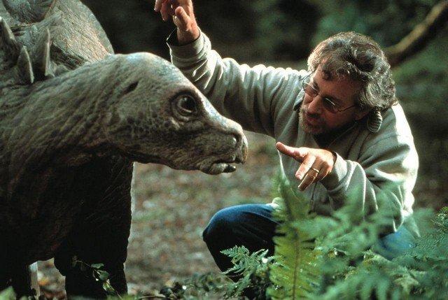 """Съемки фильма """"Парк Юрского периода 2: Затерянный мир"""", режиссер картины Стивен Спилберг инструктирует Стегозавра перед дублем, Австралия 1997 год"""