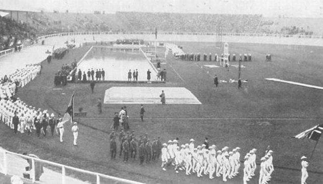 Делегация Княжества Финляндского (на тот момент в составе Российской империи), отказавшаяся идти под российским флагом на открытии Олимпийских игр в Лондоне. 1908 г.