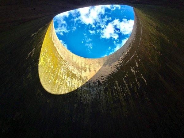 Вид изнутри охлаждающей башни на ТЭЦ
