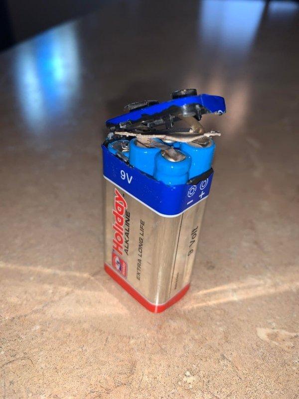 Внутри большой батарейки спряталось 6 маленьких батареек