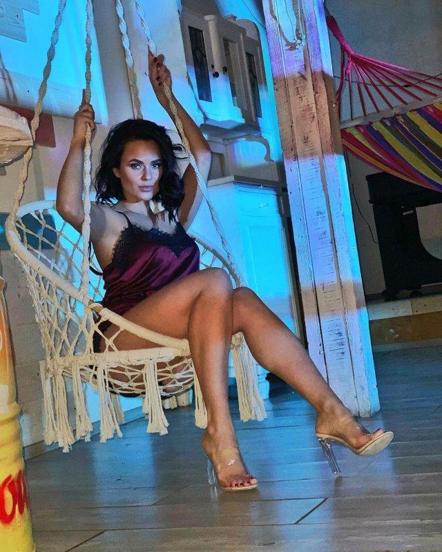 Автоблогер Анна (anna.motors) в красном платье