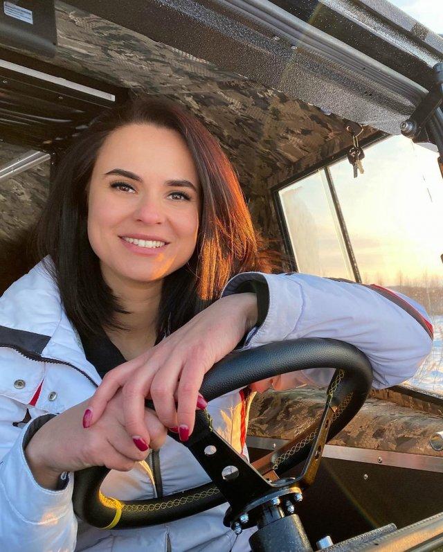 Автоблогер Анна (anna.motors) в белой кофте за рулем