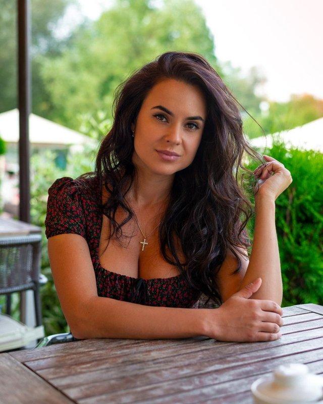 Автоблогер Анна (anna.motors) в темно платье
