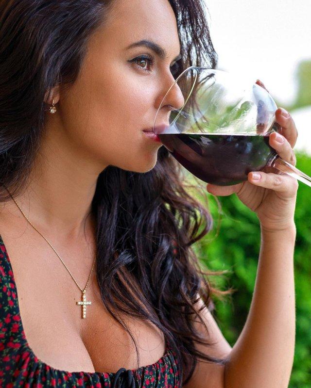 Автоблогер Анна (anna.motors) в платье пьет вино