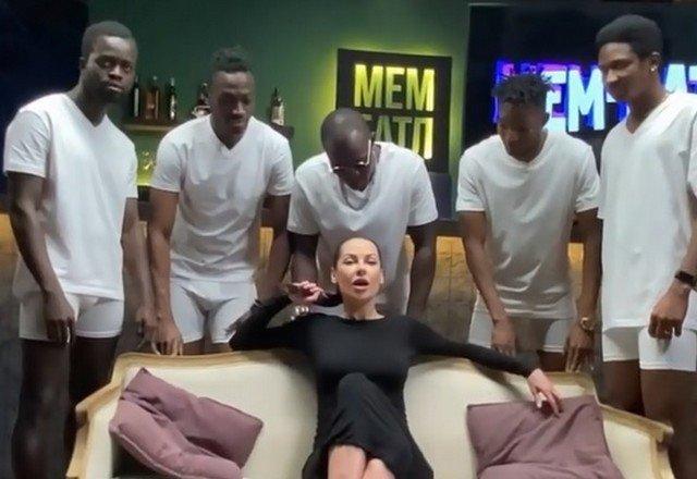 Наташа Краснова в окружении афроамериканцев повторила сцену из фильма для взрослых