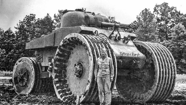 Американский солдат у танка «Шерман» M4A2, снабженного системой T10 (для подрыва мин), 1944 год.