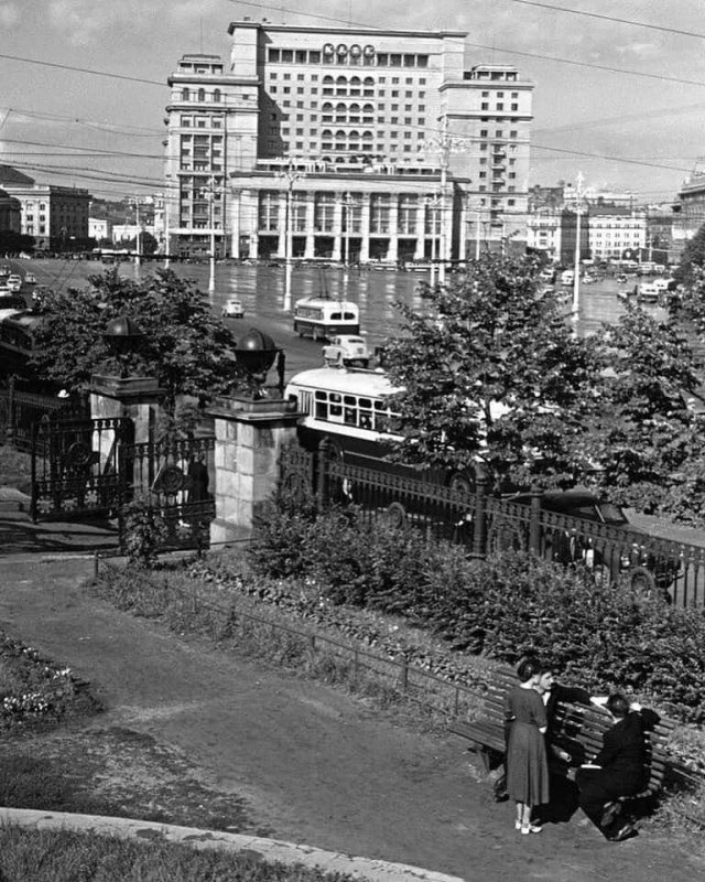 Сквер у журфака МГУ, 1956 год.