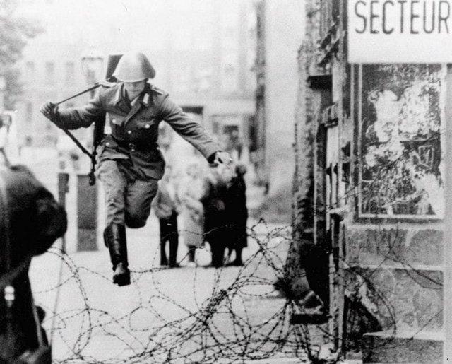 Дезертирующий солдат ГДР Ханс Шуманн перебегает в Западный Берлин. 1961 г.