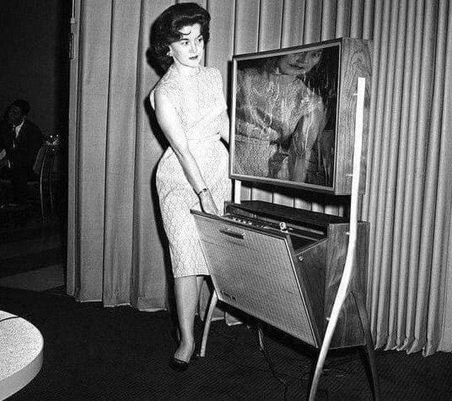 Телевизор с плоским экраном и возможностью записи передач для просмотра в отложенном режиме. США, Чикаго.1962г.