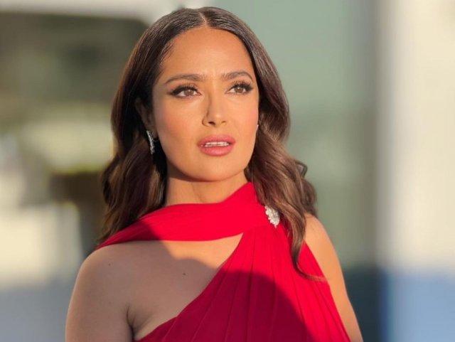 Сальма Хайек в красном платье