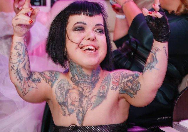 Экс-участница группы «Little Big» Анна Кастельянос в черном платье