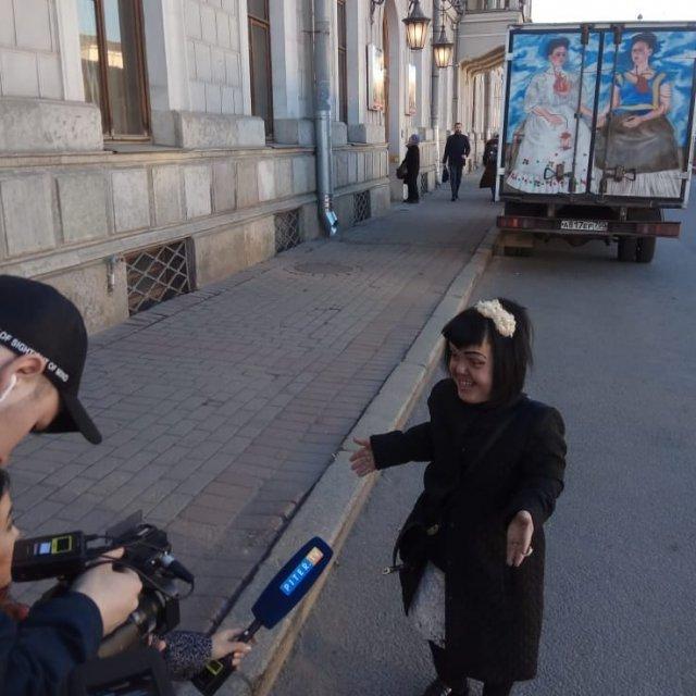 Экс-участница группы «Little Big» Анна Кастельянос в черном пальто дает интервью