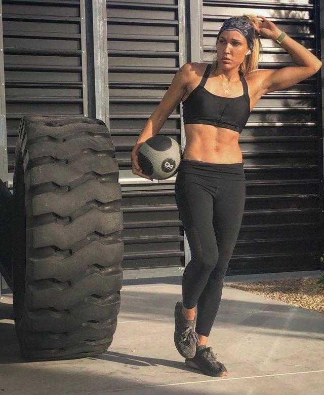 38-летняя участница Олимпийских игр Лоло Джонс в черном костюме