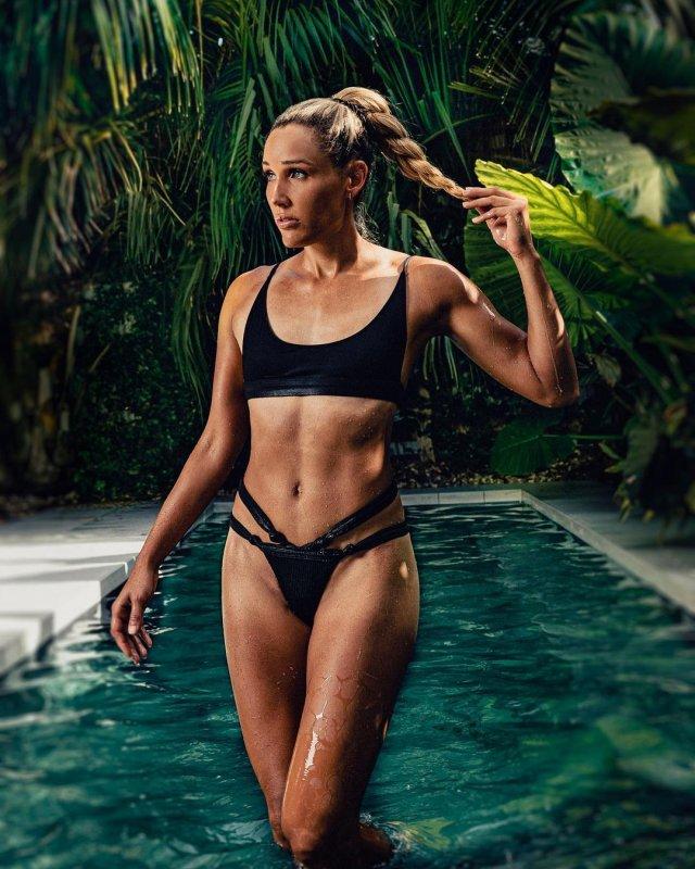 38-летняя участница Олимпийских игр Лоло Джонс в черном купальнике