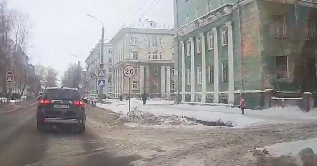 Чудесное спасание девочки в Северодвинске, на которую рухнула снежная глыба