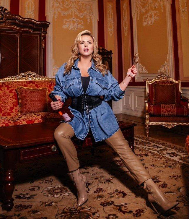 Анна Семенович расставила ноги на съемках