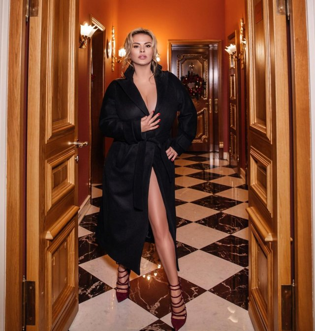 Анна Семенович в черном платье